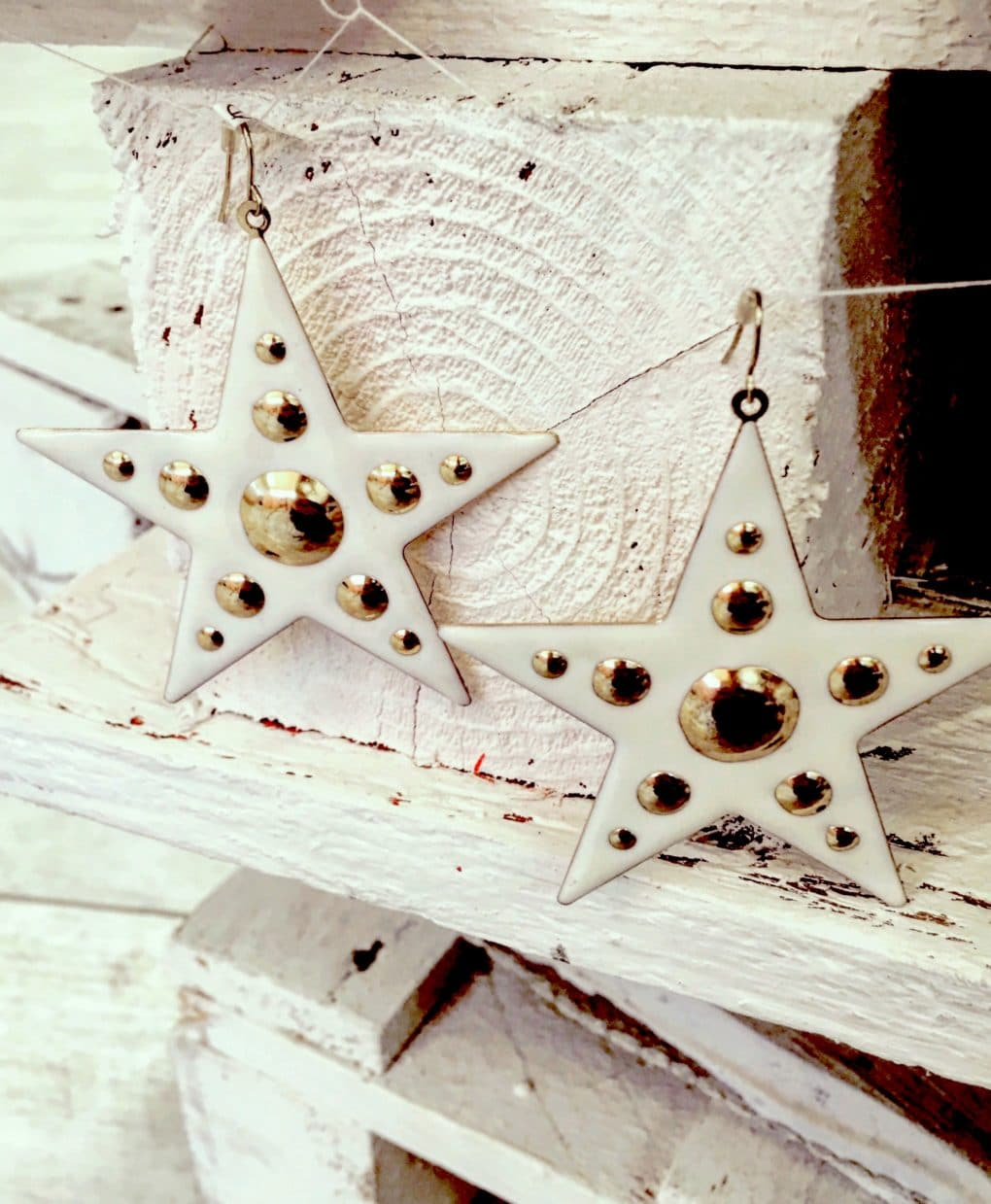 cream-gold-enamel-star-earrings-€15-alila-